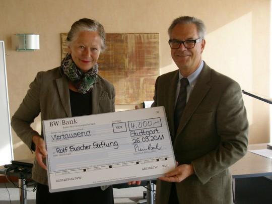 Tassilo Steinbach, Geschäftsführer der Antalis Verpackungen GmbH, übergibt Brigitte Buscher einen Scheck