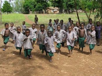 Kindergartenkinder toben auf dem Schulgelände