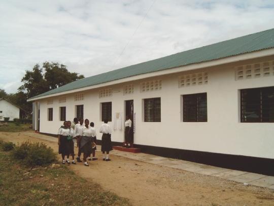 Schülerinnen vor dem neuen Schulgebäude in Kilifi