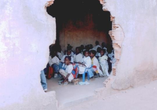 Schüler lernen im beschädigten alten Schulgebäude