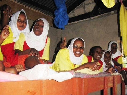 Schülerinnen auf den neuen Betten