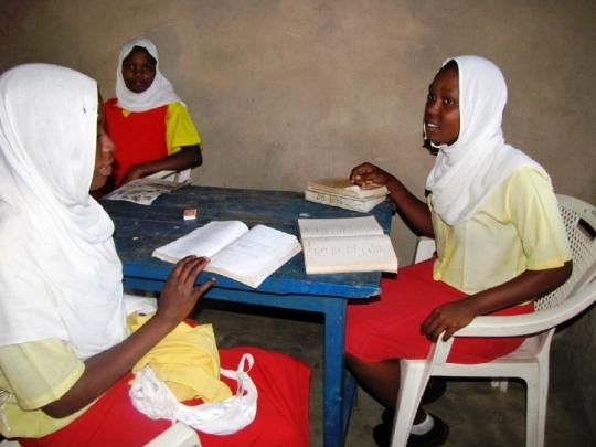 Mädchen lernen gemeinsam im Wohngebäude