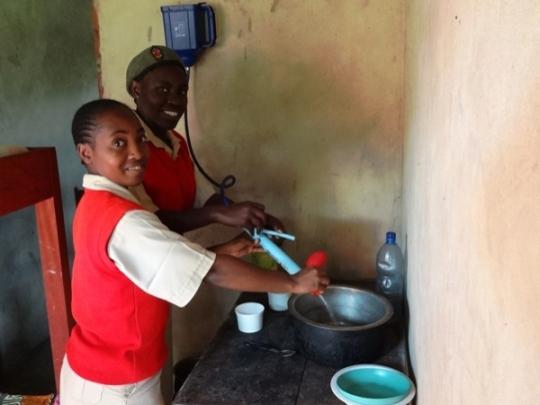 Schülerinnen zapfen sauberes Wasser