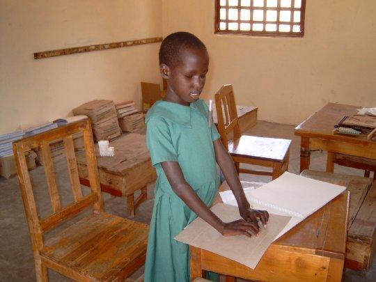Blindes Mädchen liest Braille-Schrift