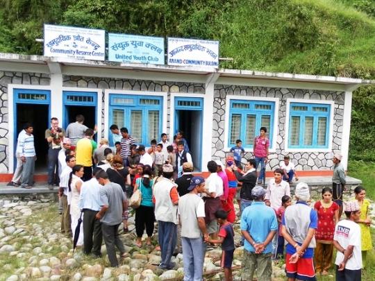 Teilnehmer des Workcamps vor dem Gemeindezentrum