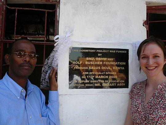 Habart Abdi und Elke Buscher bei der Einweihung der Schlafräume
