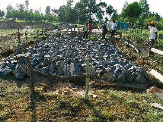 Arbeiter bauen das Fundament in Kapkesosio