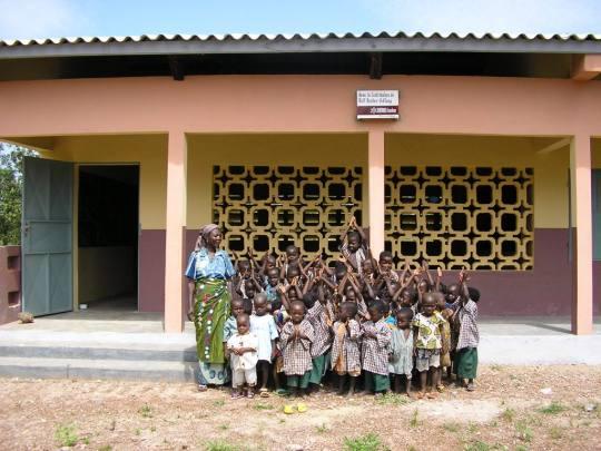 Kindergruppe vor dem neuen Kindergarten
