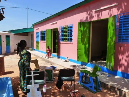 Farbenfrohe Außenansicht des Kindergartens