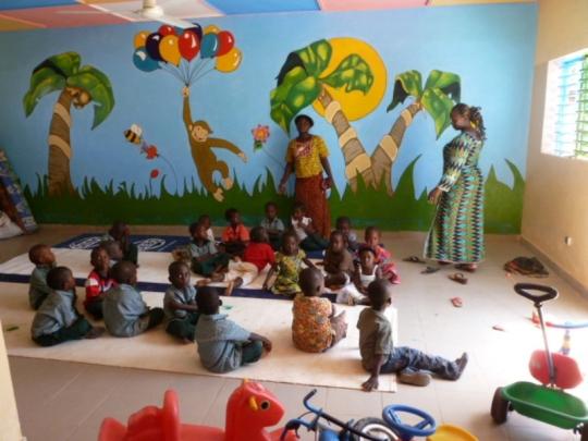 Kinder im neuen Spielzimmer