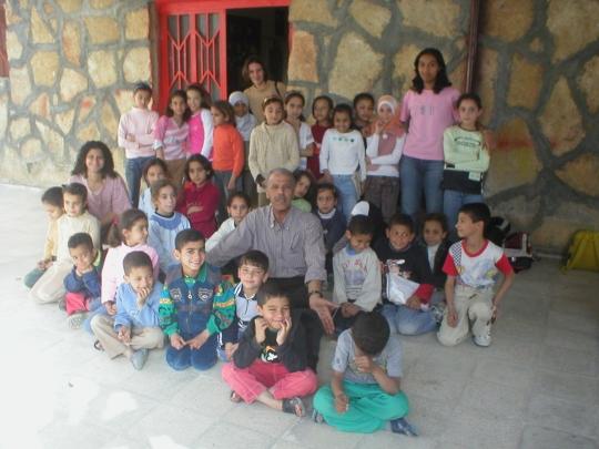Lehrer mit ihren Schülern nach dem Unterricht