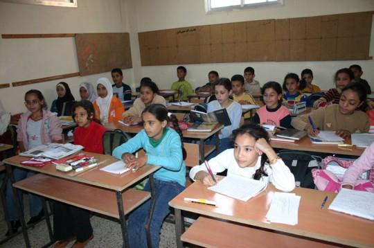Mädchen und Jungen lernen gemeinsam in der Nachhilfeklasse