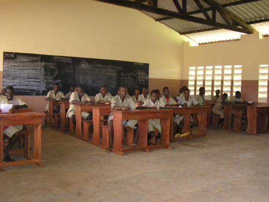 Oberschüler lernen im neuen Klassenraum