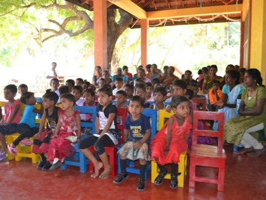 Kindergartenkinder bei der Einweihungsfeier im Hof