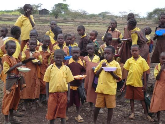 Schulkinder essen in Isiolo