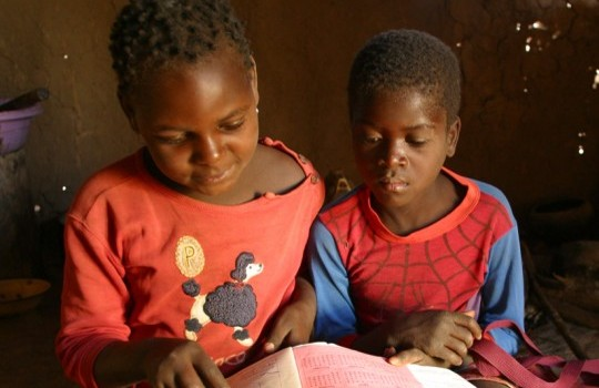 Schüler üben lesen