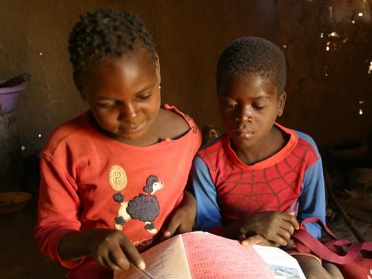 Zwei Schüler üben lesen