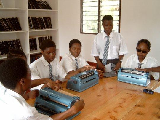 Schülerinnen mit Braille-Lesegeräten
