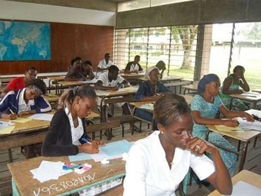Mädchen lernen betriebswirtschaftliche Grundlagen
