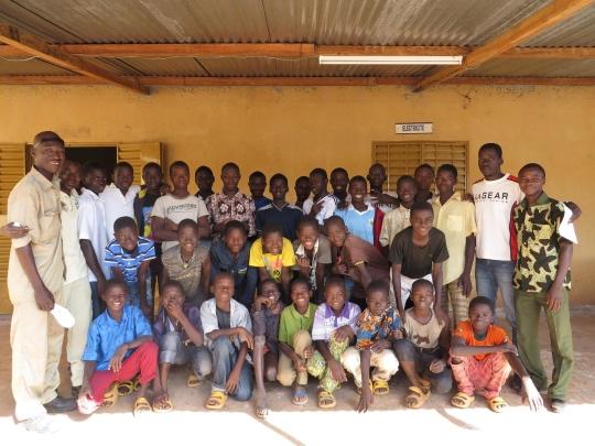 Teilnehmende Jungen vor dem Ausbildungszentrum