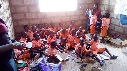 Kinder lernen auf dem Boden